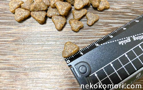 GRANDS(グランツ)キャットフードのキキブル(粒)の大きさを計っている写真